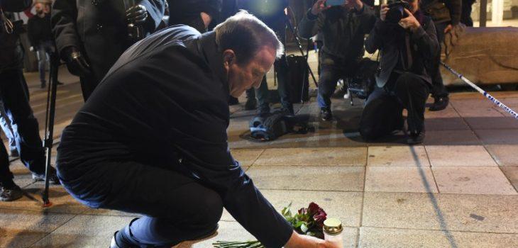 Primer ministro sueco, Stefan Löfven, hizo una ofrenda floral a unos pasos del lugar de la tragedia. | AFP