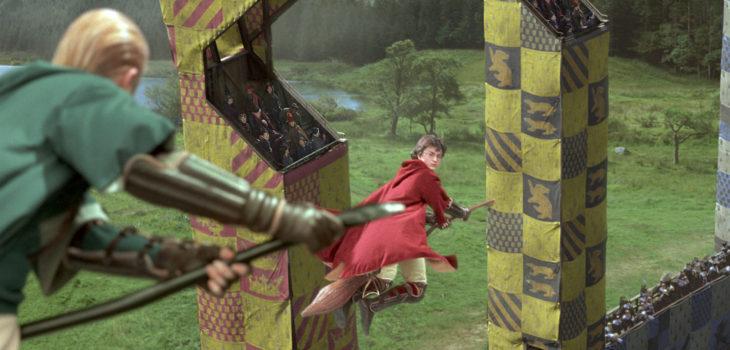 """Harry Potter y Draco Malfoy jugando Quidditch en """"Harry Potter y la cámara secreta"""""""