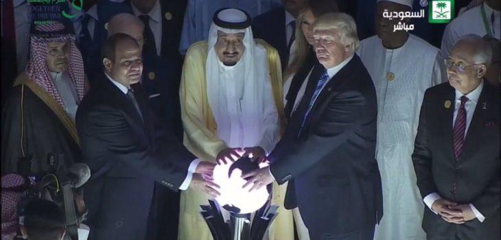 Imagen viral de Donald Trump tocando orbe