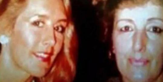 Denise Underhill (izquierda) y su madre fallecida, Beryl Turton | Infobae