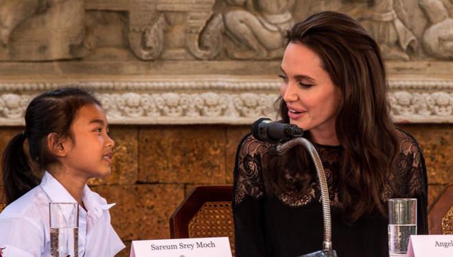 Angelina junto a Srey Moch