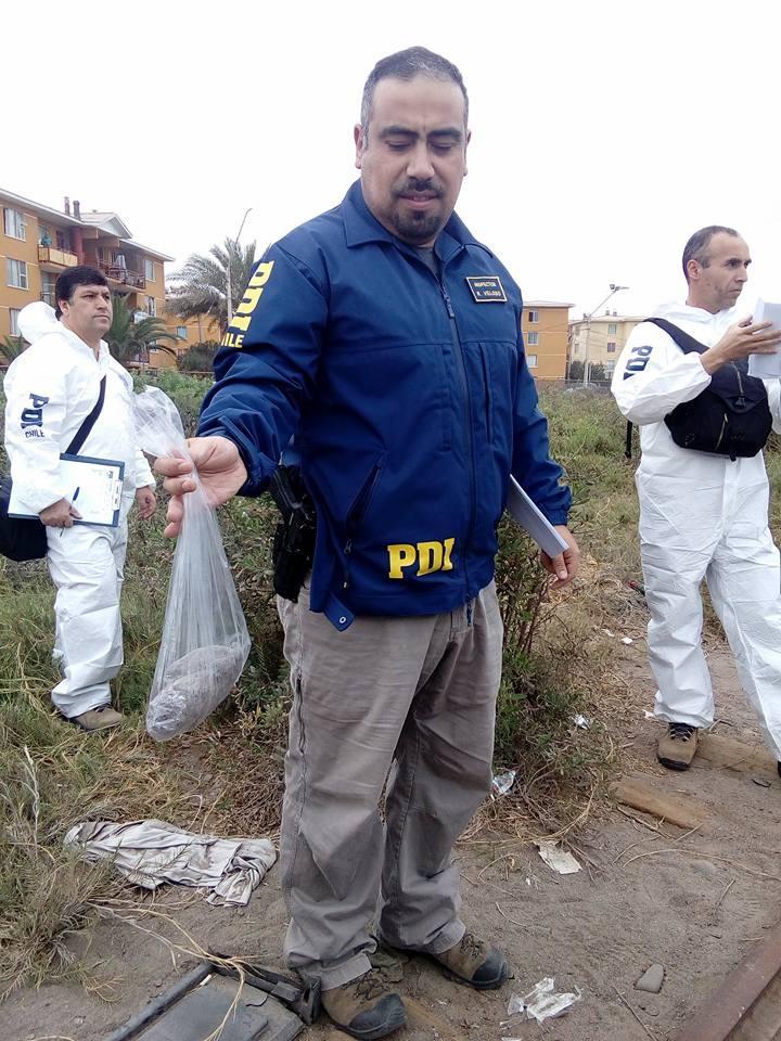 Detective sostiene piedra con que atacaron tren