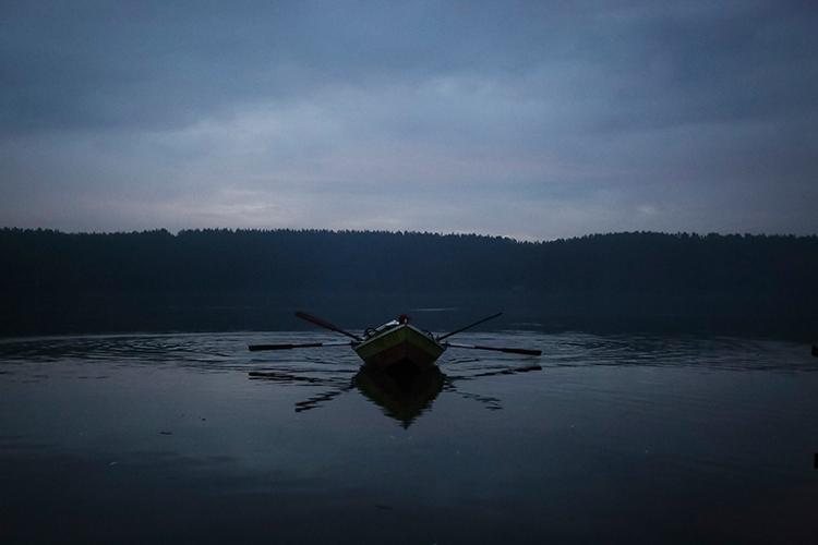 Barcaza tipo v utilizada para la pesca de estuario, anclada en el centro del río Toltén, posterior a varazón masiva de sardinas.