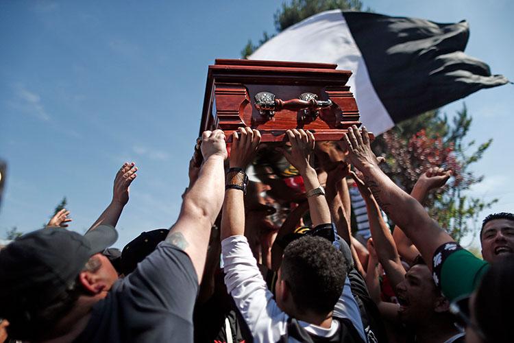 Funeral Chiko Pelvis 8.- El ataúd de Carlos Santibañez, mejor conocido como Chiko Pelvis, es levantado antes de llevarlo al cementerio, en Santiago, Chile, el 27 de septiembre de 2016. Carlos Santibañez fue asesinado a tiros frente a un grupo de amigos.