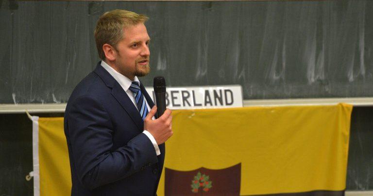 "Vit Jedlicka, fundador de Liberland. Al fondo de ve la ""bandera"" del país | Michal Cizek | AFP"