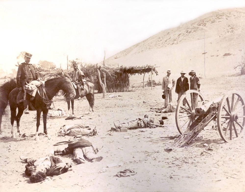 Los chilenos Martiniano Urriola y Marcos Maturana observan los cadáveres tras la batalla de Chorrillos (CC) Wikimedia Commons