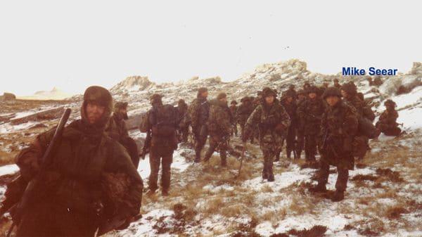 Mike Seear y su regimiento de Ghurkas en las Islas Malvinas en 1982 | Infobae