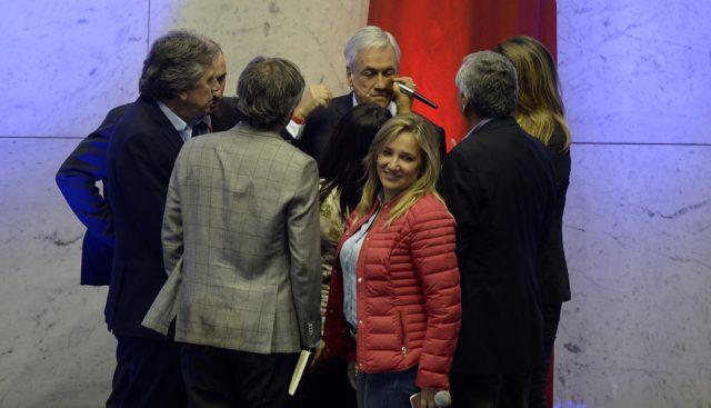 Sebastián Piñera siendo maquillado en una pausa | Pablo Ovalle | Agencia UNO