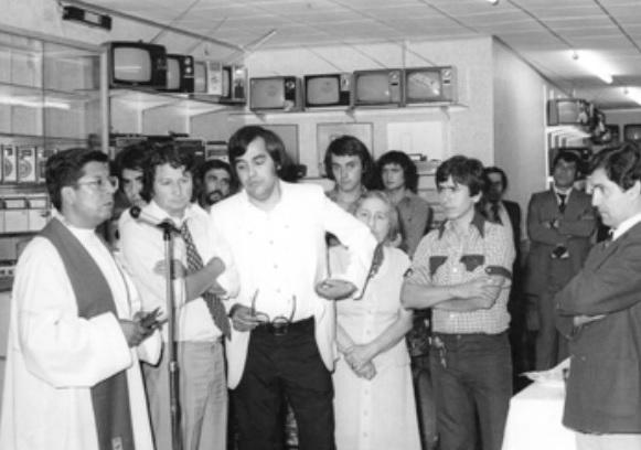 Inauguración de un local de Nadir. Mariano Jara, de camisa y chaqueta blanca.