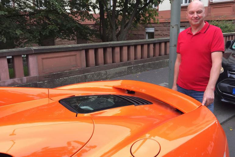 Markus Zahn junto a su McLaren Spider