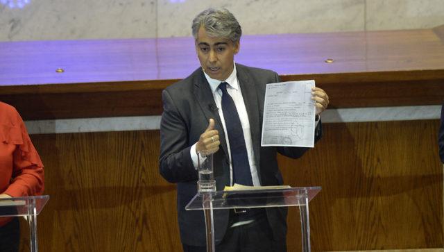 MEO mostrando una copia de la orden de detención | Pablo Ovalle | Agencia UNO