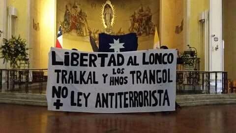 Manifestantes toman pacíficamente una catedral de Concepción a favor de mapuches