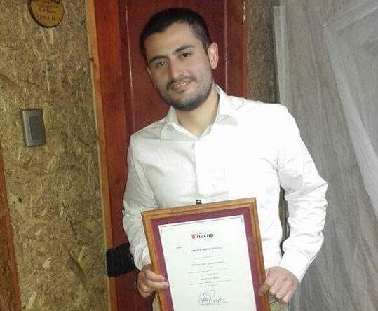 Vladimir Zapata, posando con su certificación de Inacap