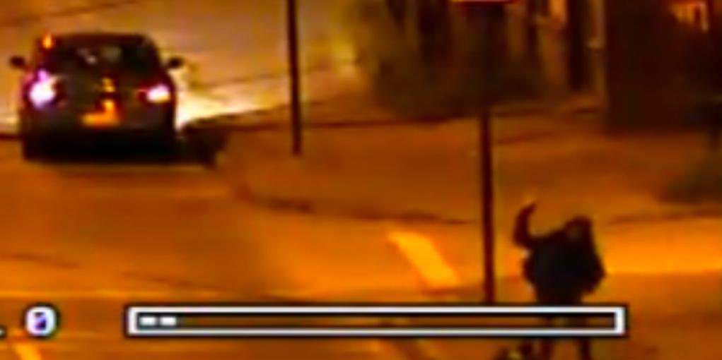 Cámara de Carabineros registró el momento en que lanzan piedras contra el joven.