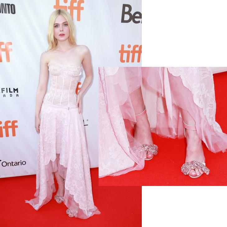 Elle Fanning luciendo sandalias Pastel | AFP