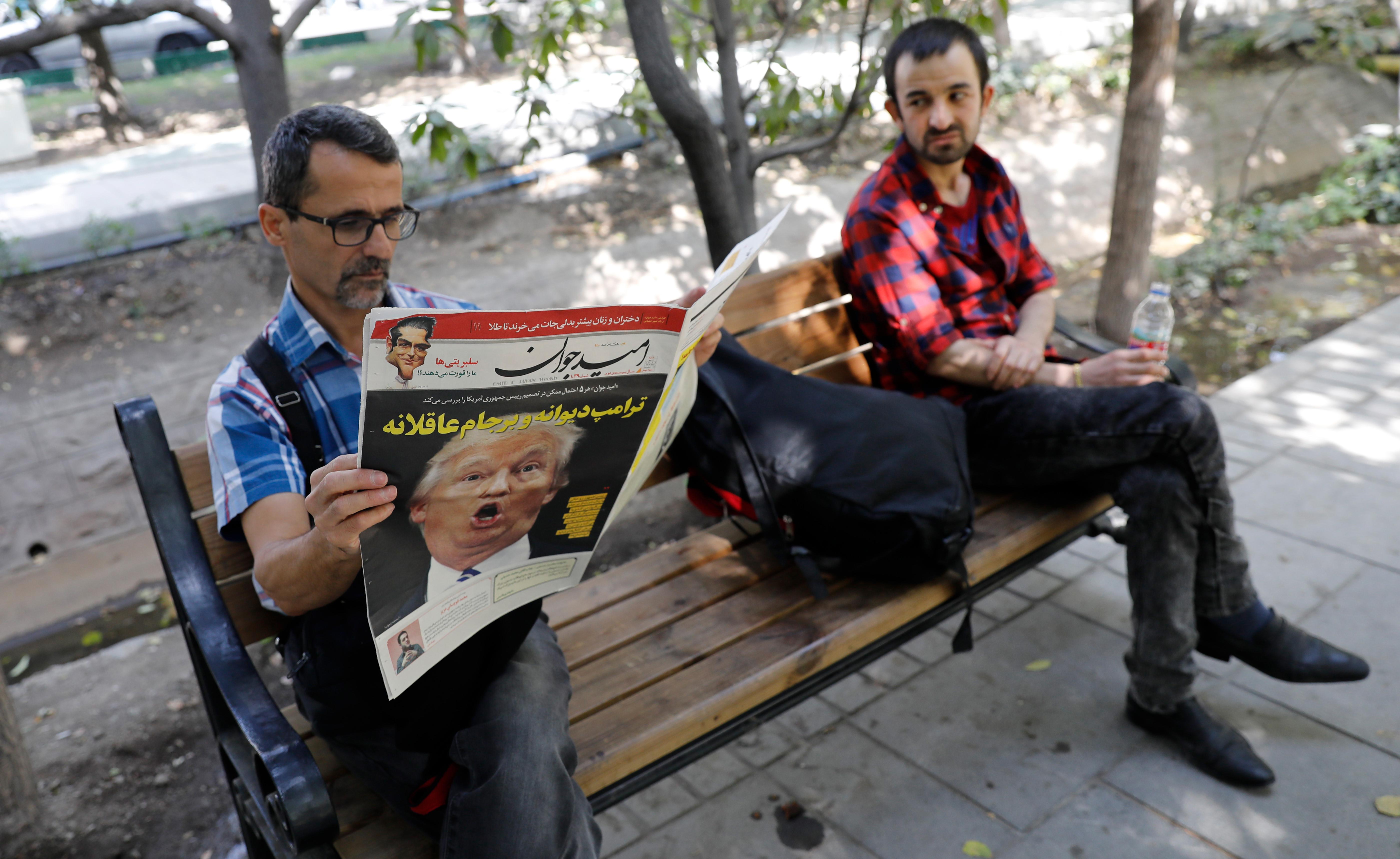 Iraníes leyendo la prensa