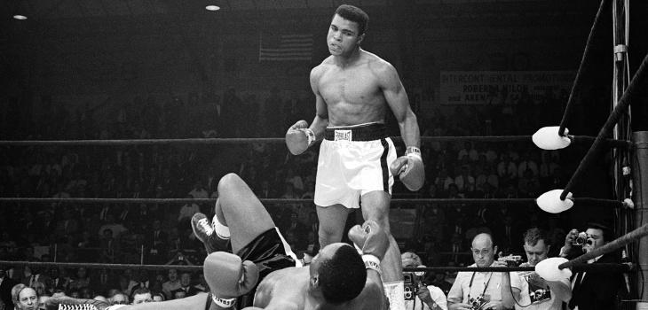 Muhammad Ali noquea a Sonny Liston