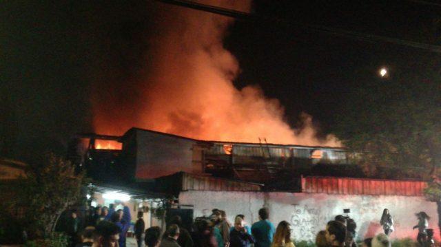 Gran incendio consume fábrica de plástico — Macul