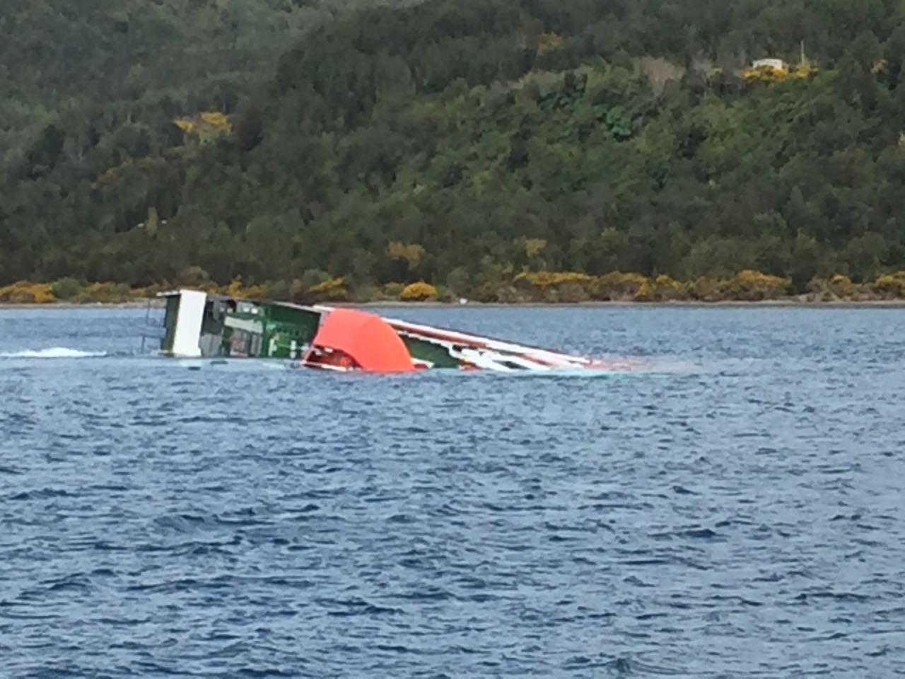 Embarcación que transportaba peces y petróleo se hundió en Chonchi