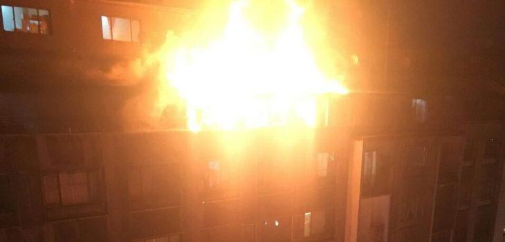 Incendio afecta departamento ubicado en sexto piso de edificio en Santiago centro