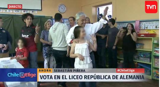 Votante realiza gesto obsceno a Sebastián Piñera | Captura de TVN