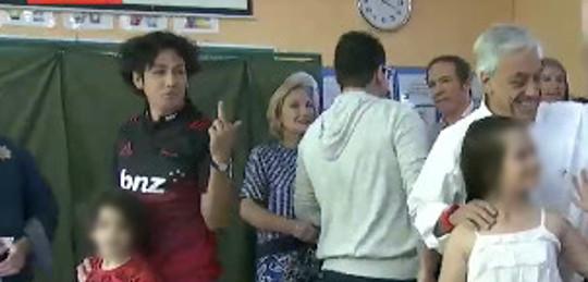 Votante realiza gesto obsceno a Piñera | TVN
