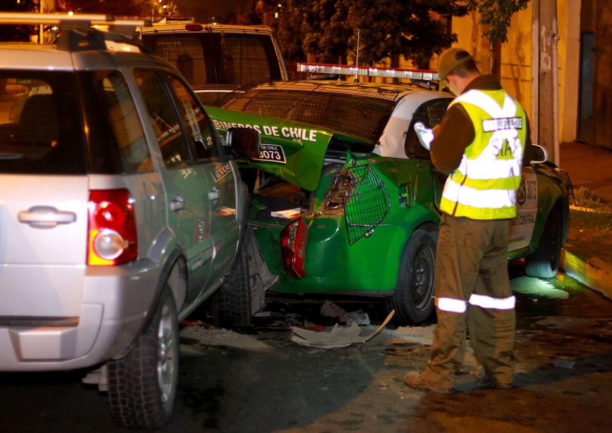 colisión de auto con radio patrullas