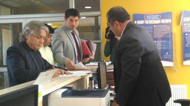 Alejandro Navarro acompañó a la familia a la Fiscalía | Cristian Valdebenito (RBB)