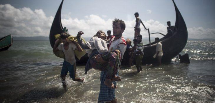 Hombre ayuda a niño Rohinyá | ARCHIVO | Agence France-Presse