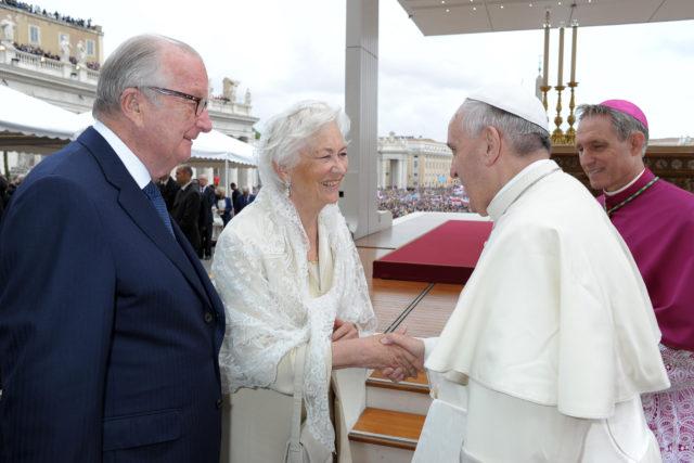 Rey Albert II junto a reina Paola y papa Francisco | AFP