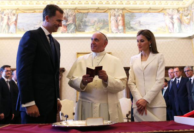 Rey Felipe y reina Leticia de España, junto a Francisco. AFP