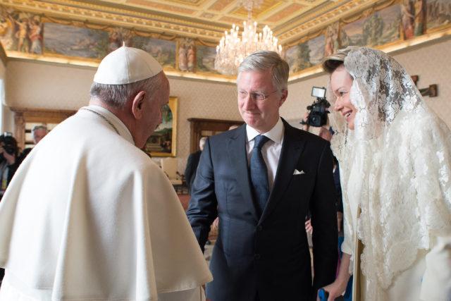 Reina Matilde de Bélgica junto al obispo de Roma | AFP