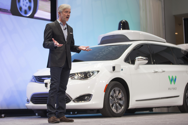 John Krafcik, CEO de Waymo, presentando uno de los modelos | Agence France-Presse