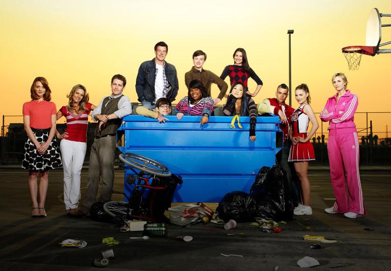 Jane Lynch (primera de derecha a izquierda) y Mark Salling (tercero de derecha a izquierda) | Elenco de Glee en la 1º temporada