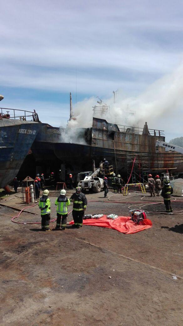 Barco en desarme se incendió en Calbuco: no hay heridos