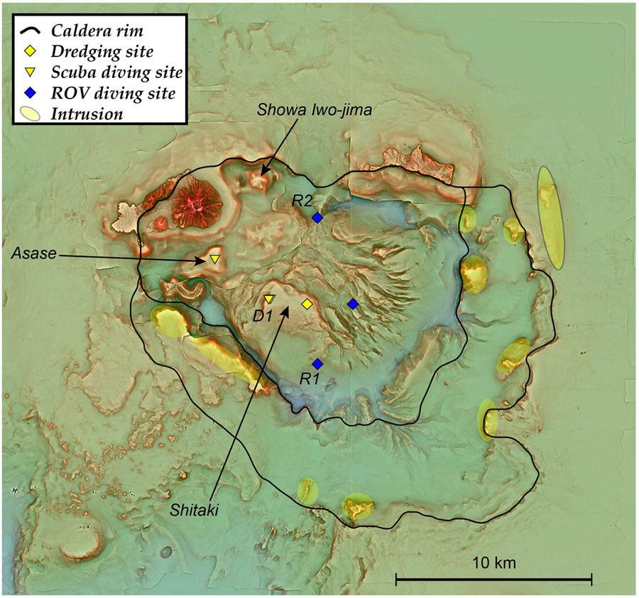 La línea negra representa los bordes de la caldera Kikai, que está mayormente sumergida | Scientific Reports volumen 8, artículo 2753 (2018)