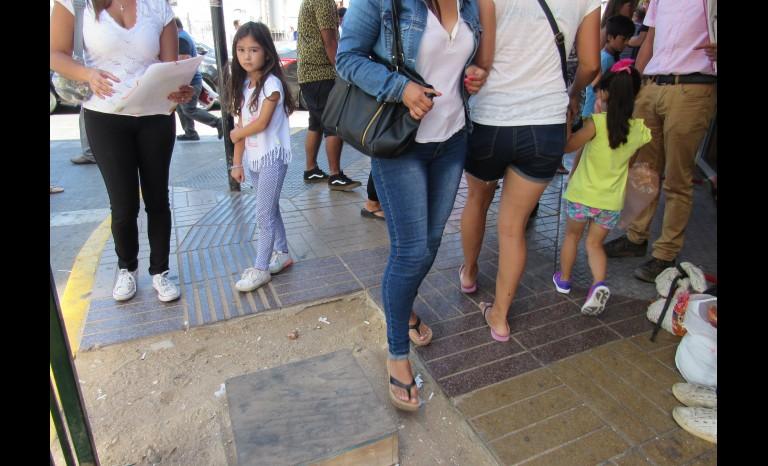 mujer fractura cadera tras caer en la calle