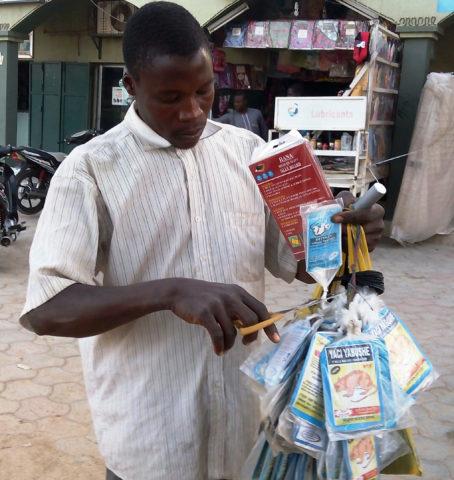 Hombre vende veneno para ratas en una calle de Lagos, Nigeria. Aminu Abubakar | Agence France-Presse