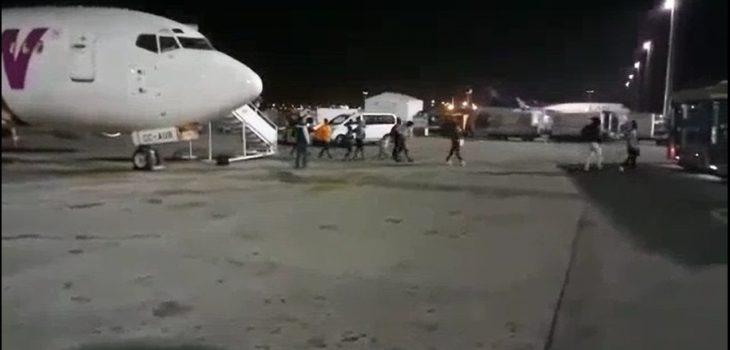 Pasajeros haitianos arribando a Chile en avión de LAW en la madrugada del 13 de febrero de 2018