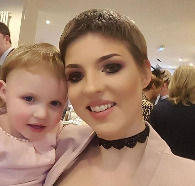 La joven madre Gemma Nuttall  junto a su hija   Daily Mail