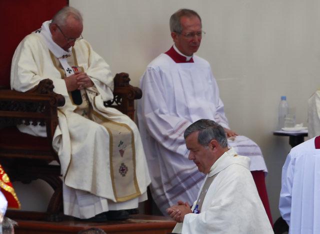 Obispo Barros pasa frente al papa Francisco durante la misa del campus Lobito | Rodrigo Saenz