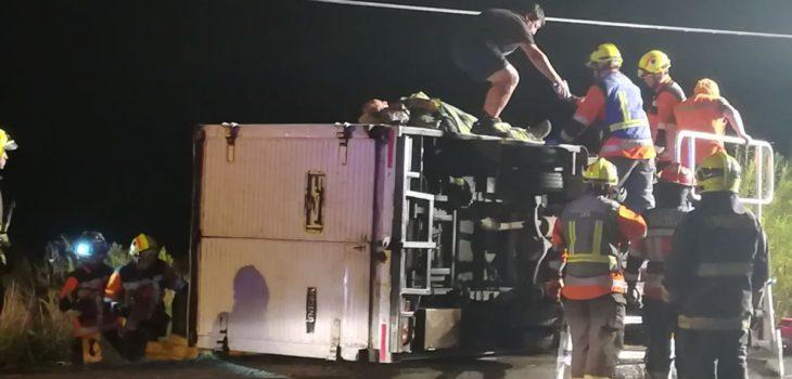 Dos lesionados dejó volcamiento de camión en la salida sur de Valdivia