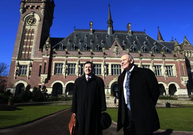 Ampuero y Grossman afuera del Palacio de la Paz. Rodrigo Sáenz | Agencia UNO