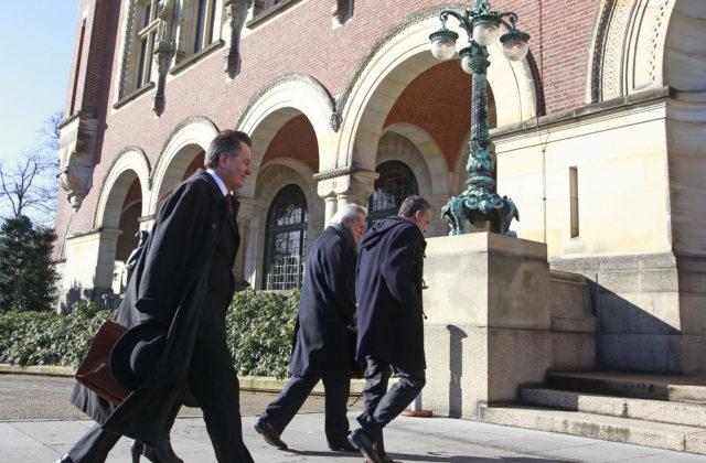 Ampuero y Grossman hacen su ingreso al Palacio de la Paz. Rodrigo Sáenz | Agencia UNO