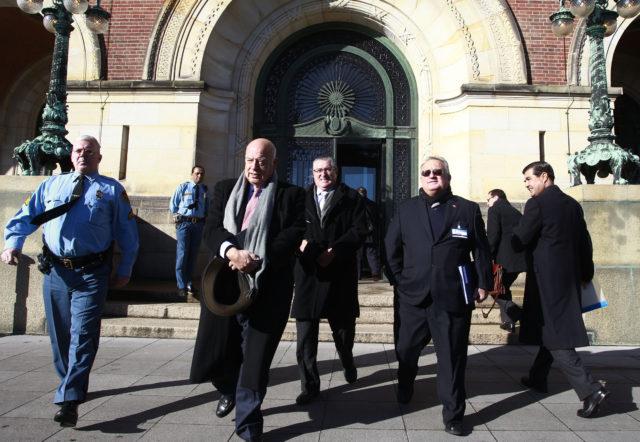 Senadores Insulza y Pizarro, parte de la comitiva que acompaña a la defensa chilena en La Haya, salen del Palacio de la Paz tras la segunda jornada de alegatos orales. Rodrigo Sáenz | Agencia UNO