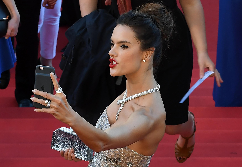 La modelo brasileña Alessandra Ambrosio en el Festival de Cannes 2016 | Antonin Thuillier | Agence France-Presse