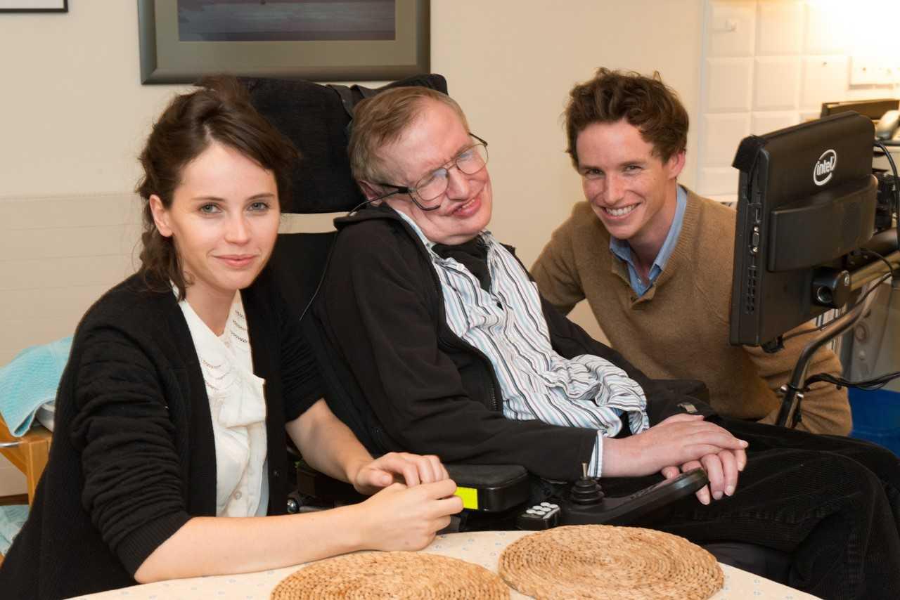 Felicity Jones y Eddie Redmayne junto a Stephen Hawking