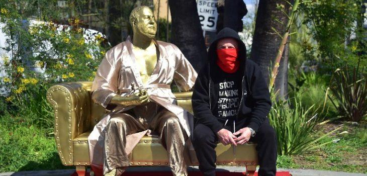Artista Plastic Jesus junto a su escultura de Weinstein | Frederic J. Brown | AFP