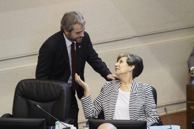 Gonzalo Blumel junto a la senadora Isabel Allende. Yvo Salinas | Agencia UNO