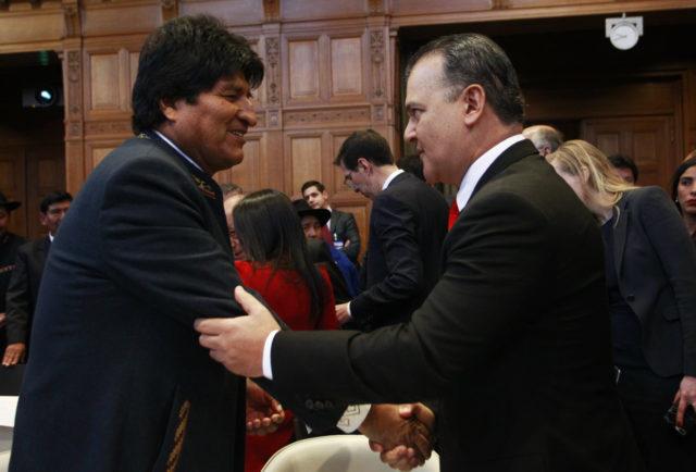 Canciller Ampuero y presidente Evo Morales comparten ameno saludo previo al inicio de la primera jornada de alegatos orales. Rodrigo Sáenz | Agencia UNO